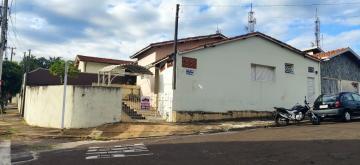 Alugar Casa / Padrão em Botucatu. apenas R$ 650,00